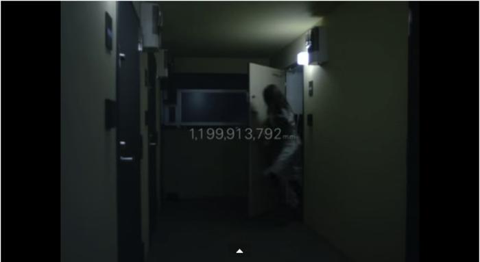 部屋を飛び出す彼女