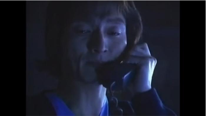 母親に電話をする中村先生2