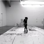 美人アーティストがインラインスケートと墨汁で描く「巨大」なアート作品