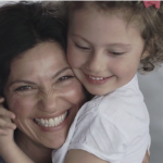 目隠しされてもわかる!母親と子どもの「絆」を感じる動画が感動する