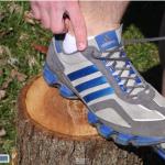 スニーカーに「謎の穴」がある理由はランナーの足を守る結び方をするためだった
