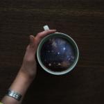 コーヒーカップのなかに宇宙や海が広がる!独創的でユニークなアート作品
