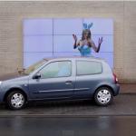 縦列駐車もこわくない!車幅間隔を教えてくれるFIATのデジタルサイネージが面倒な駐車をアシスト