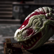 スイカ彫刻で恐竜の頭を再現