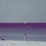 水平線の彼方になにを思う・・・1500枚の「水平線」画像を連続再生させたビデオアート