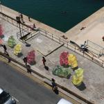 巨大なグミのクマが歩道に出現!?ポップさと裏腹な悲しい物語がある3Dストリートアート