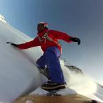 白銀世界でサーフィン!?サーフボードで雪山を華麗に滑るスキーヤーのど迫力映像