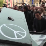 連続テロが発生したパリに哀悼の音色・・・ピアニストがジョン・レノンの名曲「Imagine」を演奏