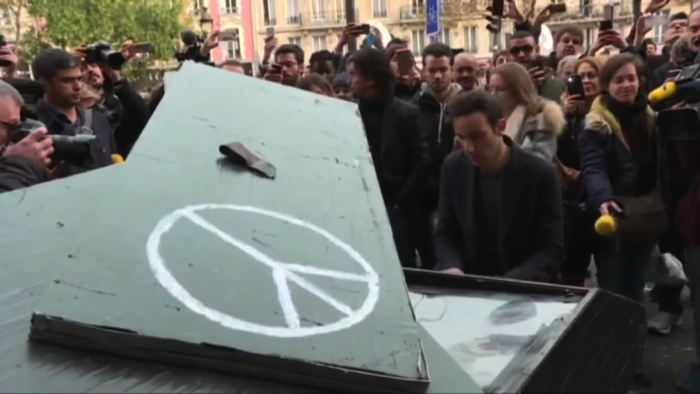 ピアニストがパリでジョン・レノンの「Imagine」を演奏
