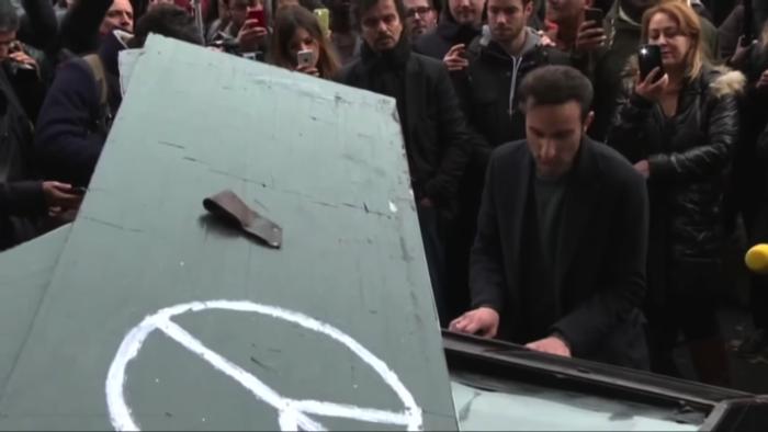 ピアニストがパリでジョン・レノンの「Imagine」を演奏2