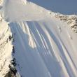 雪山を約490メートル滑り落ちるスキーヤー