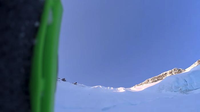 雪山を約490メートル滑り落ちるスキーヤー2