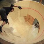 前人未到!史上初となる水平スパイラルランプに挑むスケートボーダー