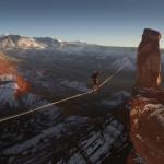世界新記録!?まるで空を歩いているような高すぎる場所で500メートルの綱渡り