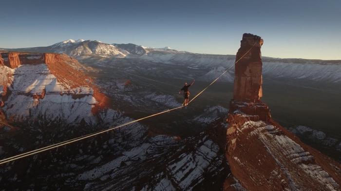 高すぎる場所で500メートルの綱渡り