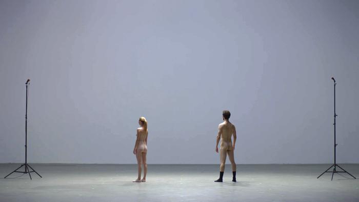 裸のダンサーとドローンの競演1