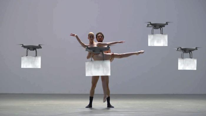 裸のダンサーとドローンの競演3