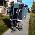 究極のコスプレ!少女が操縦する二足歩行ロボットの正体は?