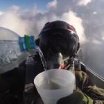 ジェット戦闘機の中で水を飲んだら、どうなる?パイロットの動画に驚きの声