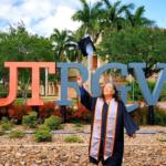 大きな夢に「遅すぎることはない」75歳の女性が大学を卒業する