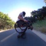 スケボーの上で車椅子に乗って疾走する半身麻痺のアスリート