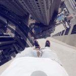 高層ビルで危険な離れ技!化粧品メーカーの広告動画、オチに思わず感嘆