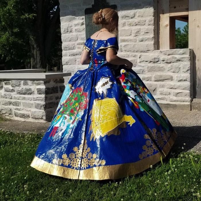 女子高生が粘着テープでドレスを作る