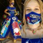 米国の女子高生が400時間を費やして作った粘着テープのドレスが話題に