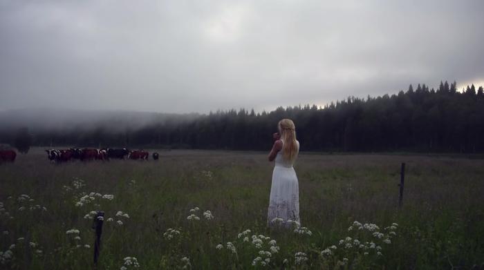 Jonna Jintonさん、美声で牛の群れを呼び寄せる