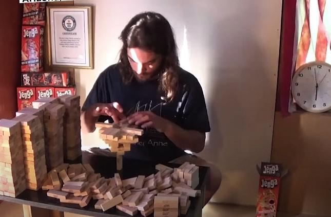 1つのジェンガの上に485個のブロックを積み上げる、ギネス世界記録を更新